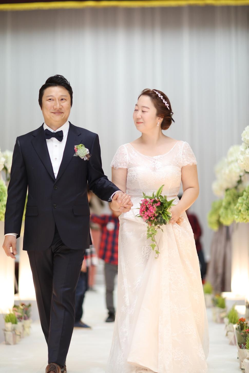 지난 22일 결혼식을 올린 심재관·임혜민씨 부부. 결혼의 의미를 살리면서 환경을 생각하는 마음까지 담고 싶어 '친환경 결혼식'을 선택했다. 임혜민씨 제공.
