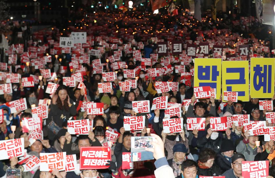 주말인 29일 저녁 서울 청계천 광장에서 수천명의 시민들이 '최순실 게이트'와 관련해 진상규명과 박근혜 대통령 하야를 요구하는 촛불집회에 참가하고 있다.  연합뉴스