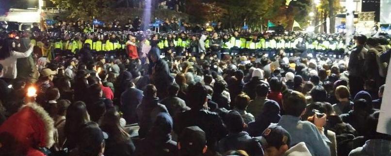 """[마지막 11신] 경찰과 대치 속 시민들 """"내일도 나오겠다"""""""