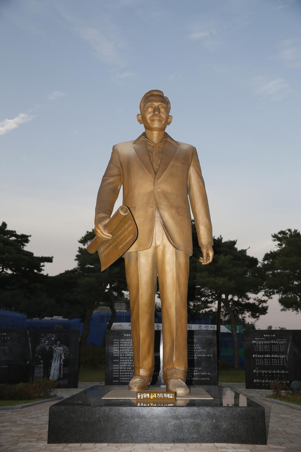 경북 구미시 상모동 박정희 전 대통령 생가 인근에 높이 5미터에 이르는 대형 박 전 대통령 동상이 서 있다. 구미/이정아 기자 leej@hani.co.kr