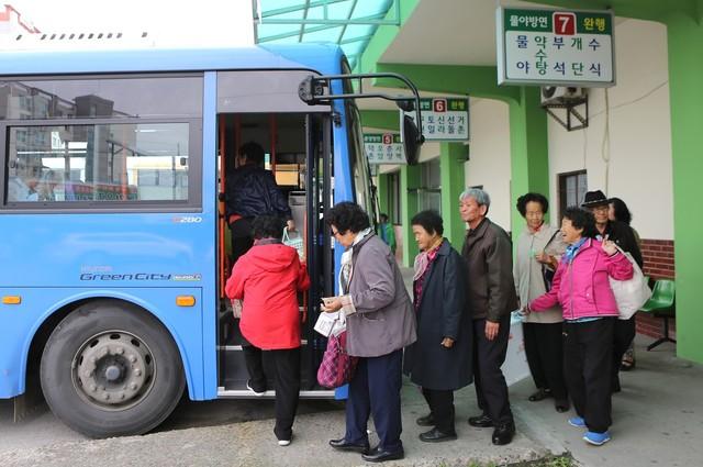 봉화읍 공용버스터미널에서 물야·오전약수탕 방면 차에 오르는 어르신들.