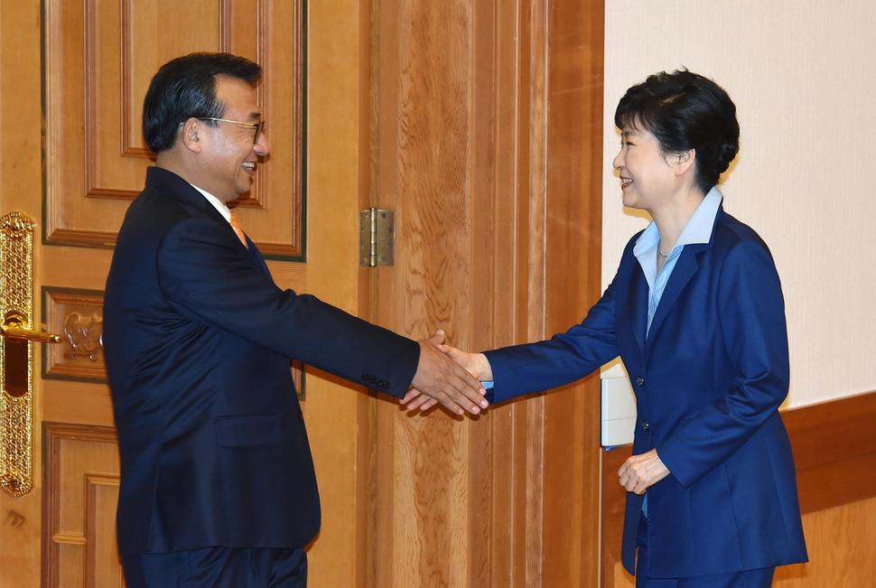 지난 9월 박근혜 대통령과 여야 3당 대표가 만난 자리에서 악수를 하는 박근혜 대통령과 이정현 새누리당 대표. 사진 청와대사진기자단