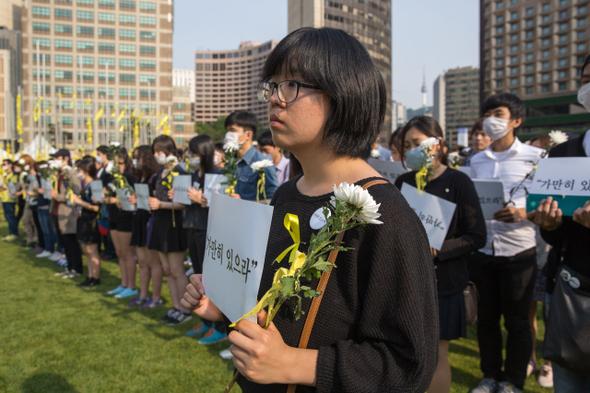 침묵시위를 하는 용혜인씨의 모습. 박승화 기자 eyeshoot@hani.co.kr