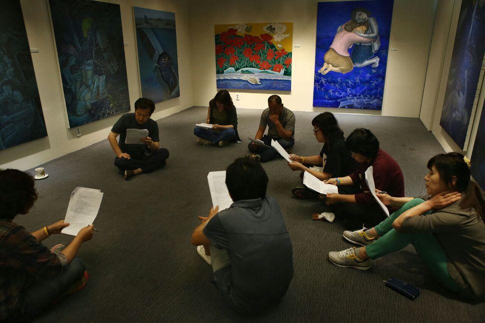 세월호 참사 유가족들이 <들숨·날숨> 전시된 416기억전시관에서 홍성담 화백의 작품을 직접 설명하고 안내하는 도슨트 교육을 받고 있다.  416기억저장소 제공
