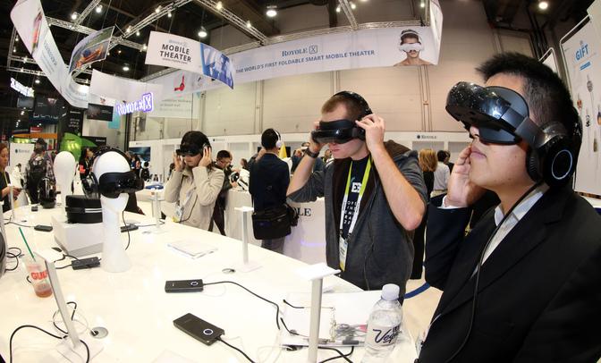 지난 1월 6일(현지시간) 미국 라스베이거스 컨벤션센터에서 개막한 세계 최대 가전쇼 'CES 2016' 내 중국의 '로열'사 전시장에서 관람객들이 스마트 모바일 영화관을 표방하는 '로열-X'를 경험해보고 있다. 라스베이거스/연합뉴스
