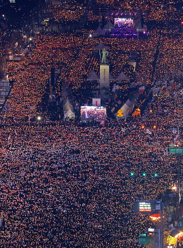 19일 오후 서울 광화문광장에서 최순실 게이트 진상규명과 박근혜 대통령 퇴진을 촉구하는 4차 2016 민중 총궐기 대회에 참석한 시민들이 촛불을 들고 있다. 사진공동취재단