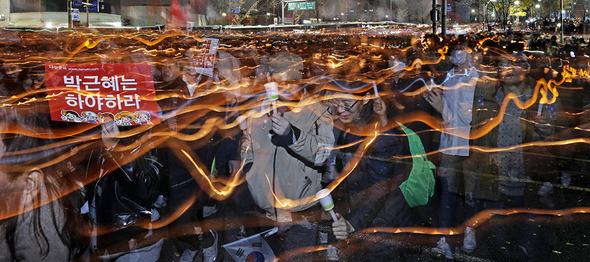 시민들이 19일 박근혜 대통령 퇴진을 요구하는 제4차 범국민 행동이 열린 서울 종로구 동십자각 네거리에서 촛불을 들고 청와대로 행진을 하고 있다. 김명진 기자 littleprince@hani.co.kr
