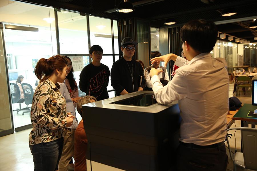 북부경기문화창조허브 '멋랩'에서 진행하는 3D 프린터 교육에 참가한 교육생들이 3D 프린터 사용법에 대해 설명을 듣고 있다. 북부경기문화창조허브 제공