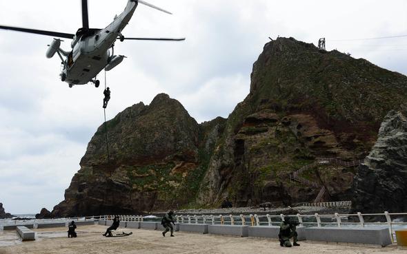 2013년 10월25일 실시한 독도방어훈련에서 해군 특전대대 UDT SEAL 및 해양경찰 특공대 대원들이 해군 UH-60헬기에서 독도강하훈련을 하고있다. 연합뉴스