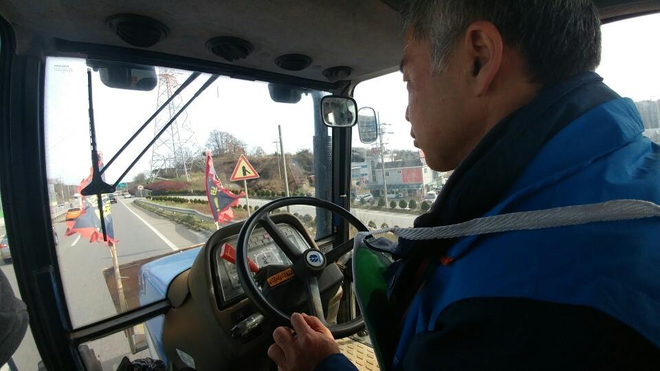 전봉준 투쟁단의 서군 대장인 이효신 전농 부의장이 23일 오전 대열의 선봉에서 트랙터를 몰고 충남 예산의 국도를 달리고 있다. 계기판이 시속 15㎞를 가리키고 있다.