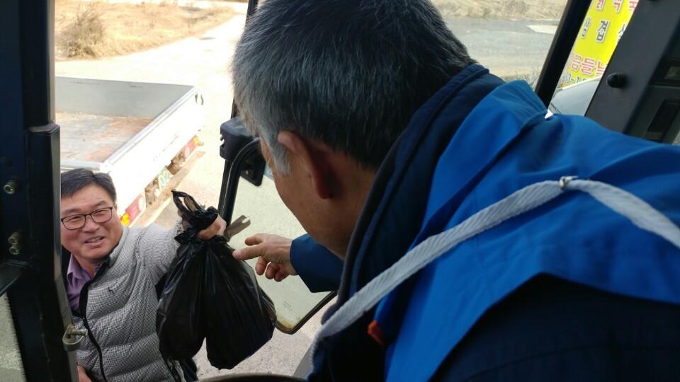 충남 예산군 읍내를 지나던 전봉준 투쟁단을 기다리던 한 부부가 23일 정오께 이 부의장에게 먹을거리를 건네고 있다.