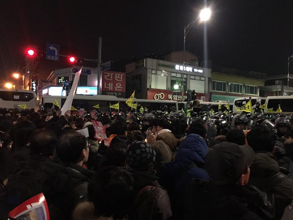 26일 밤 9시께 서울 자하문로 통인시장 입구 근처에서 시민들이 경찰과 '눈싸움'을 하며 맞서고 있다. 허승 기자