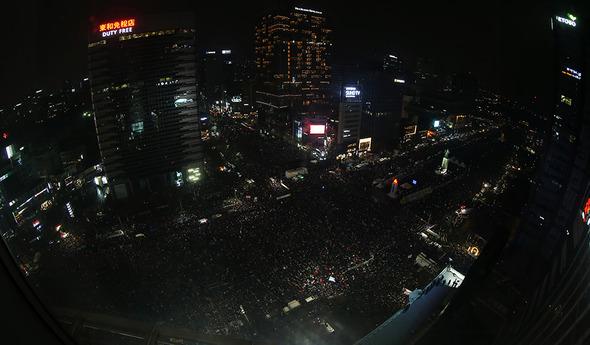 박근혜 대통령의 퇴진을 요구하는 5차 촛불집회가 열린 26일 오후 8시 서울 광화문광장 참석자들이 촛불을 끄고 집회에 참석하고 있다. 사진공동취재단