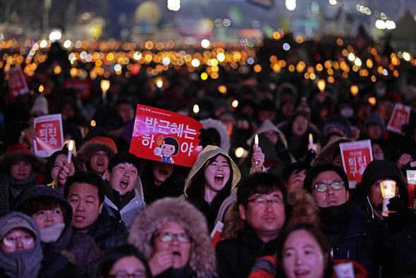 박근혜 대통령의 퇴진을 요구하는 5차 범국민대회가 열린 26일 오후 서울 종로구 종로구 광화문광장에서 시민들이 촛불을 들고 박근혜 퇴진을 외치고 있다. 김명진 기자 llittleprince@hani.co.kr