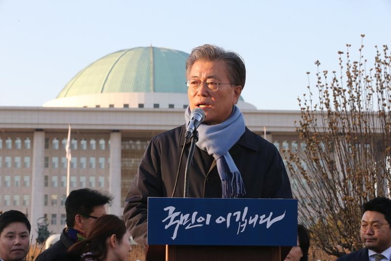 문재인 전 더불어민주당 대표가 2일 오후 국회 정문 앞에서 '문재인의 호소-국민은 이깁니다'라는 주제로 연설을 하고 있다. 김태형 기자 xogud555@hani.co.kr