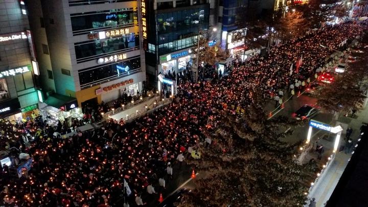 """대구 도심지에서 열린 촛불집회에서도 시민 3만5천여명이 참석해 """"박근혜 대통령 퇴진""""을 한목소리로 외쳤다. 김일우 기자"""