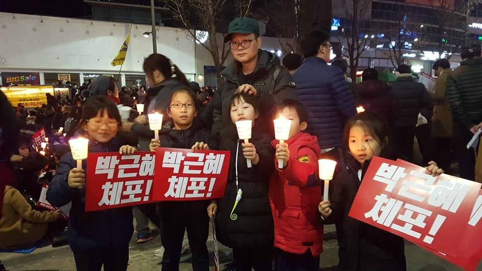 정의로운 광주 어린이들도 박근혜 대통령을 체포하라는 손팻말을 들었다.