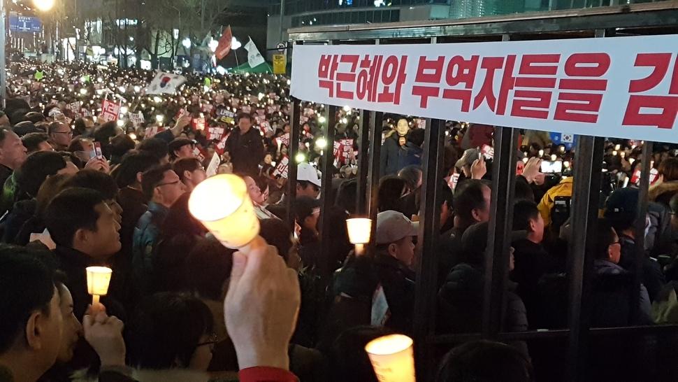 박근혜 대통령과 김기춘·우병우 등 부역자를 수감하기 위해 광주 금남로에 등장한 쇠창살 감옥.