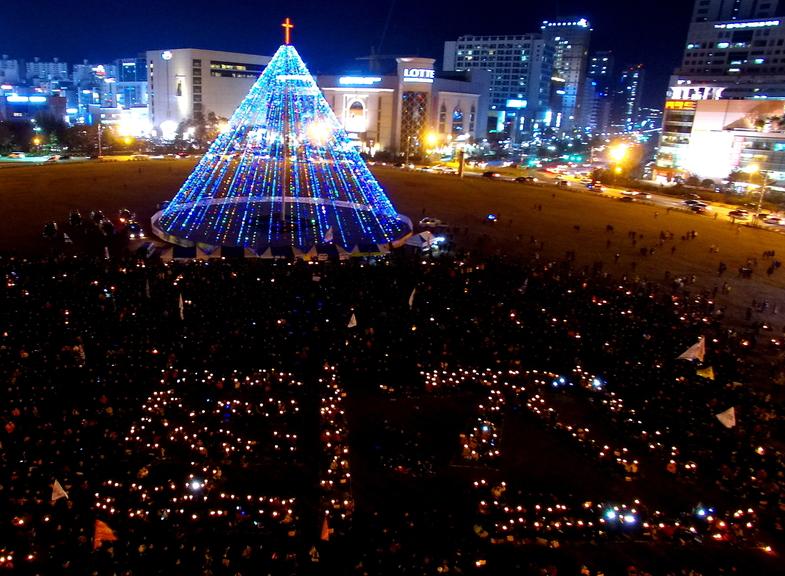 3일 제6차 경남시국대회가 열린 경남 창원시 창원광장에서 '퇴진'이라는 거대한 촛불 글씨가 새겨졌다.