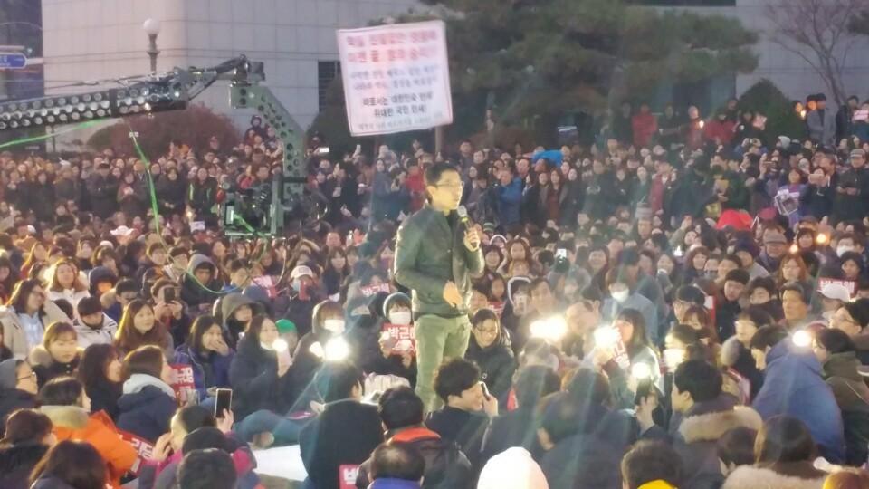 방송인 김제동씨가 4일 오후 대전 둔산동 갤러리아타임월드 앞에서 열린 '만민공동회'에서 탄핵을 반대하는 새누리당 의원들을 강하게 비판하고 있다.