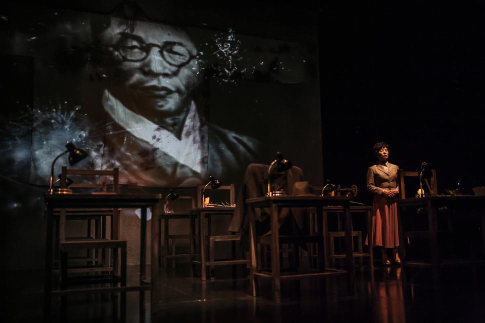 연극 <달의 목소리>에서 주역을 맡은 원영애 극단 독립극장 대표가 연기하고 있다. 사진 극단 독립극장 제공