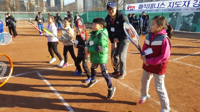 매직테니스 레슨 첫 단계인 웜업. 아이들이 라켓을 들고 힘차게 뛰고 있다.