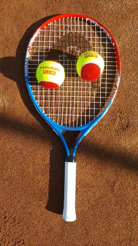 어린 아이들을 위한 매직테니스 라켓과 공. 라켓은 가볍고 작으며, 공도 치기 쉽게 말랑말랑하고 가볍다.
