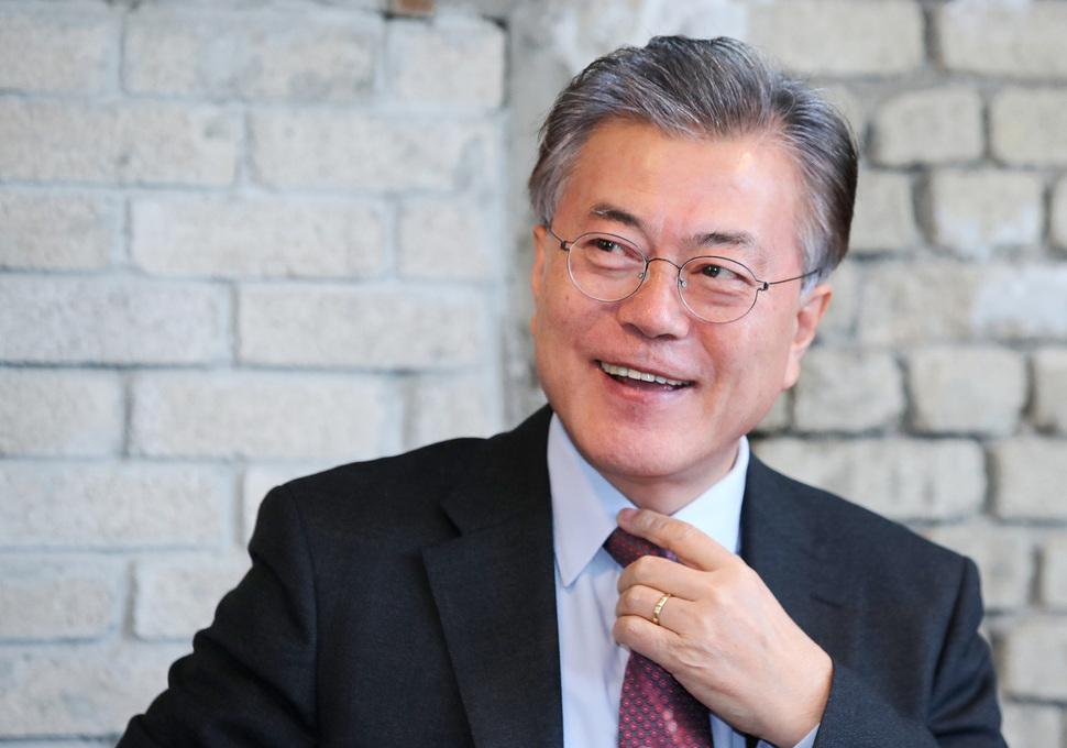 문재인 전 더불어민주당 대표가 20일 오전 서울 마포구의 한 카페에서 인터뷰 도중 밝게 웃으며 이야기를 하고 있다. 연합뉴스