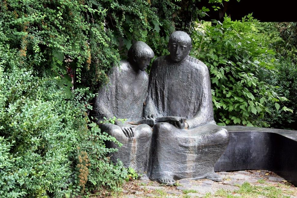 마이스터 에크하르트 동상. 독일 바드 뵈리스호펜(Bad W?rishofen), 조각가 로타 스푸르젬(Lothar Spurzem), 2012년.