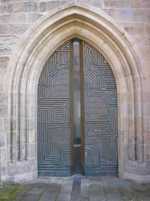 """에어프루트 설교자교회에 있는 마이스터 에크하르트의 문. """"그 빛이 어둠 속에서 비치고 있지만 어둠은 그를 깨닫지 못하였다.""""(요한 1, 5)라는 구절이 적혀 있다."""