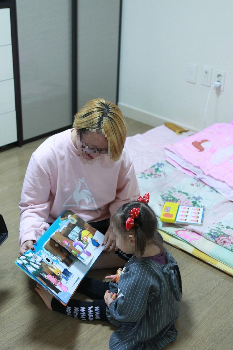 미혼모 김영은씨가 집에서 딸에게 책을 읽어주고 있다. 여성가족부 제공.