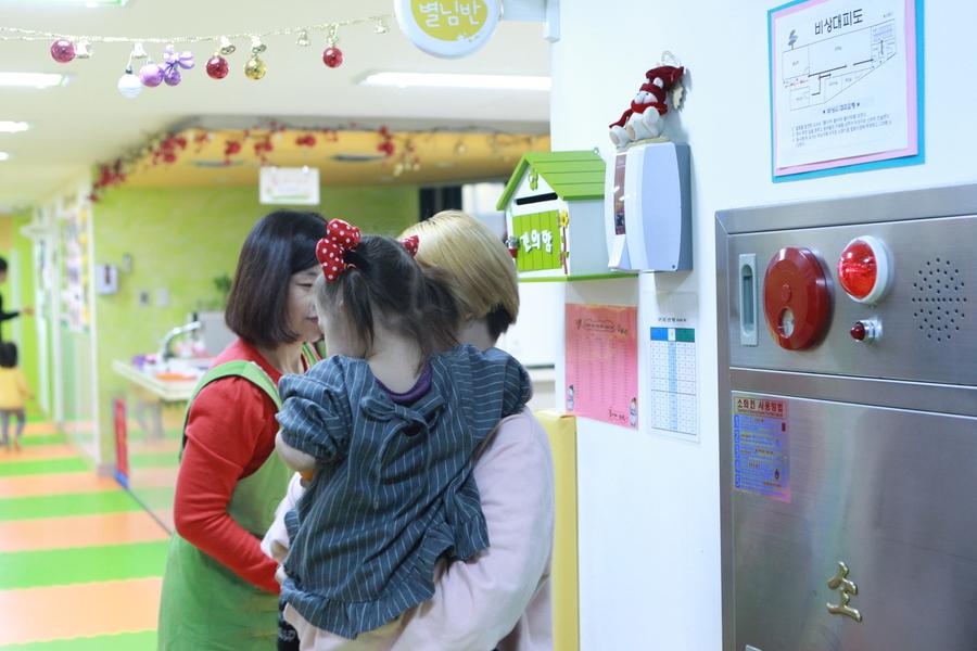 김영은(22·가명)씨가 퇴근 후 미혼모자시설 구세군두리홈 내 공동 육아방에서 22개월된 딸을 데려오고 있다. 여성가족부 제공