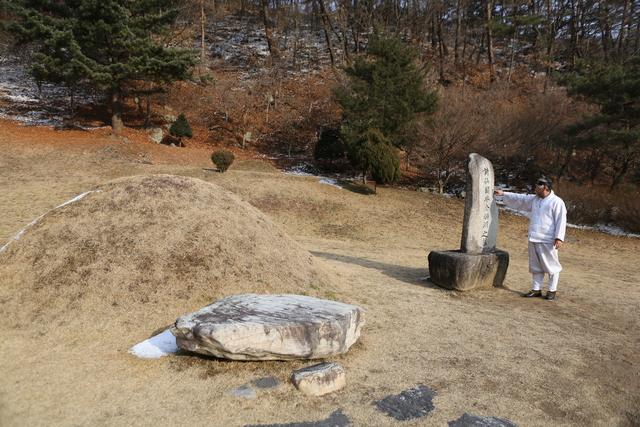 김병연 묘. 묘비 앞에 선 이는 묘를 관리하는 자칭 '김삿갓'이다.