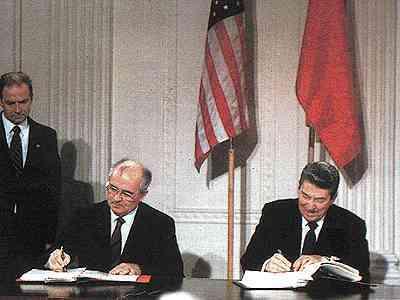 로널드 레이건 미국 대통령과 미하일 고르바초프 소련 공산당 서기장이 1987년 12월8일 워싱턴에서 중거리핵미사일(INF) 폐기협정에 서명하고 있다. <한겨레> 자료사진