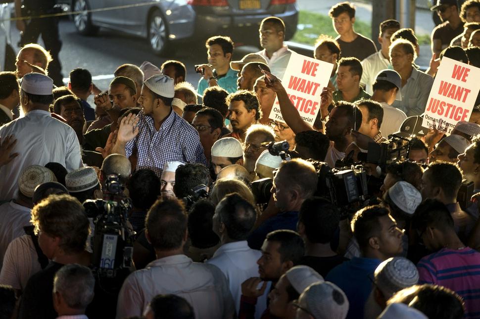 이슬람 성직자 암살 사건이 일어난 미국 뉴욕에서 지난 8월13일 이 사건을 규탄하는 시민들이 집회를 하고 있다. 뉴욕의 무슬림들은 이 사건이 무슬림을 겨냥한 증오범죄라고 규탄하고 있다. AP 연합뉴스
