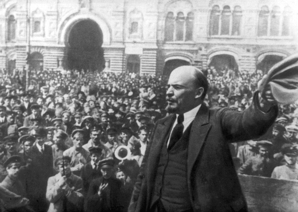 1917년 러시아혁명을 승리로 이끈 블라디미르 일리치 레닌이 환호하는 군중들 앞에 서 있는 모습. <한겨레> 자료사진