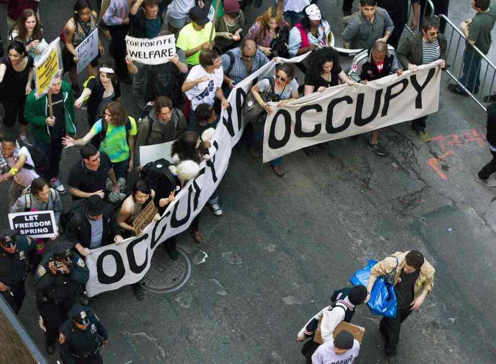 '만국의 99%여, 단결하라!' 2012년 5월1일 미국 뉴욕 맨해튼 중심가 브로드웨이에서 '월가 점령운동' 활동가들과 시민들이 122돌을 맞은 '국제 노동자의 날'을 기리는 거리시위를 벌이고 있다. 로이터 연합뉴스