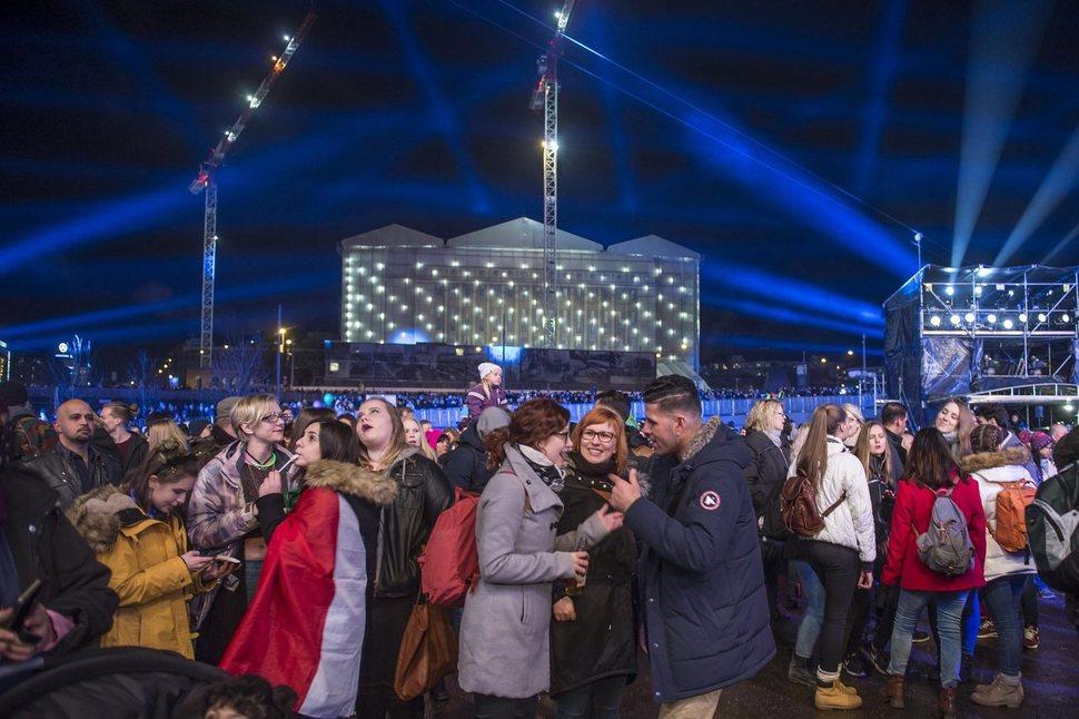 지난달 31일 밤(현지시각) 핀란드 헬싱키 도심의 시민광장에서 시민들이 독립 100주년을 맞는 2017년 새해를 기다리며 자축하고 있다. 핀란드는 올해부터 기본소득제 실험을 시작했다. 헬싱키/EPA 연합뉴스
