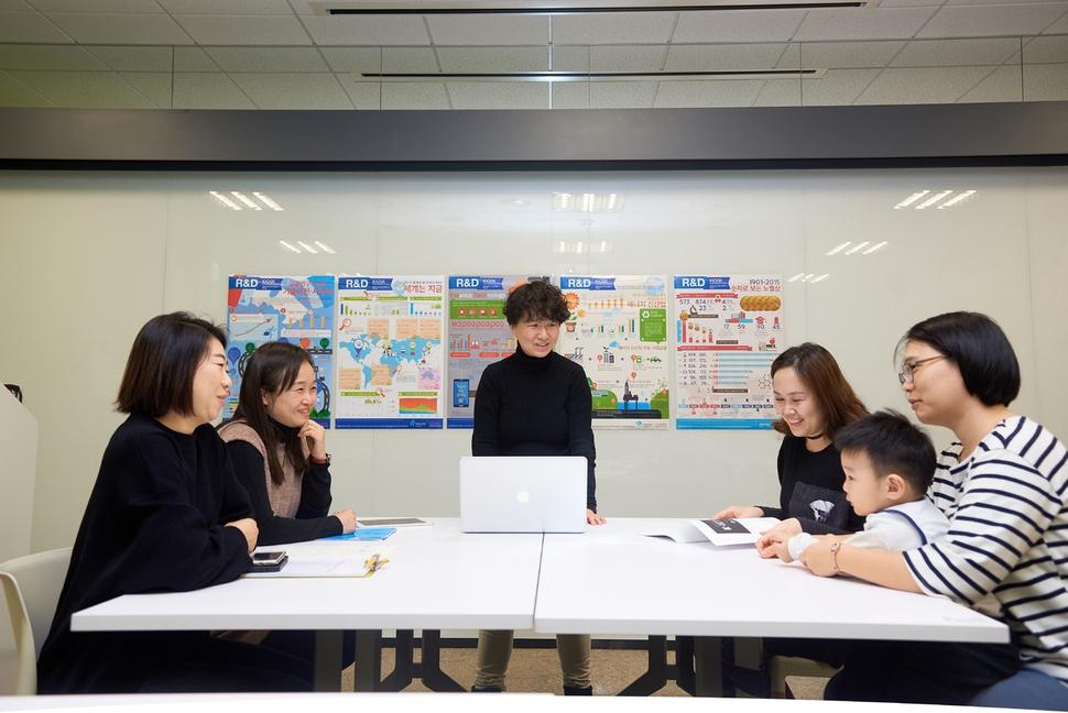 한국창의여성연구협동조합의 조합원들이 서울 대치동 구글캠퍼스의 한 사무실에서 회의를 열고 있다.  한국창의여성연구협동조합 제공