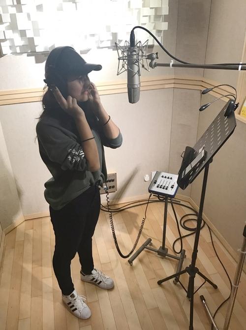 말레이시아의 10대 소녀 '옹 분 헹'이 킹스튜디오에서 자신의 애창곡 '아이'(I)를 부르고 있다. 뮤직킹 제공