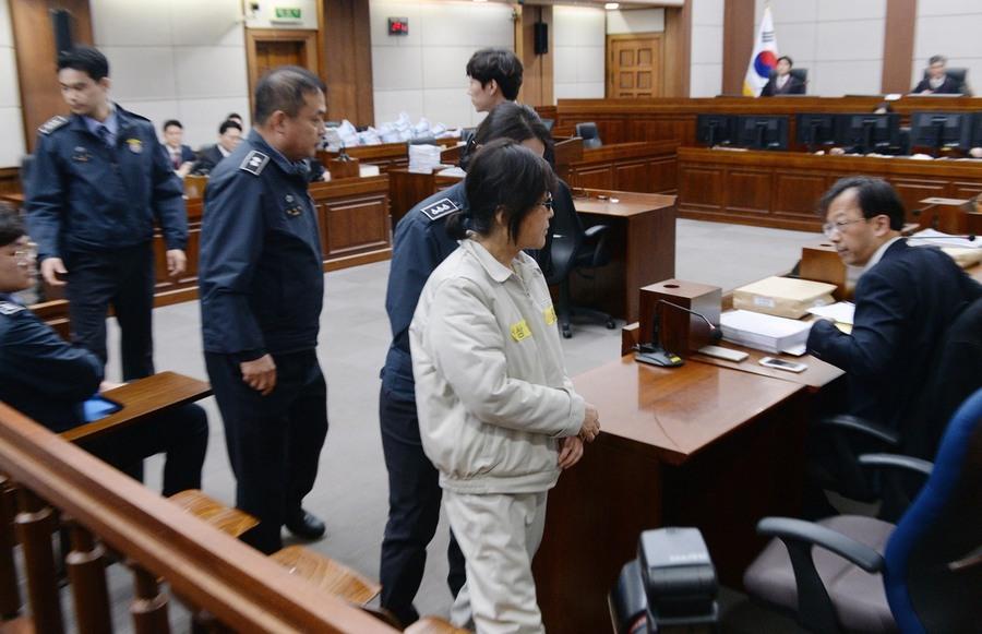 '비선실세' 최순실씨가 5일 오후 서초구 서울중앙지방법원에서 열린 제1회 공판에 출석하고 있다.