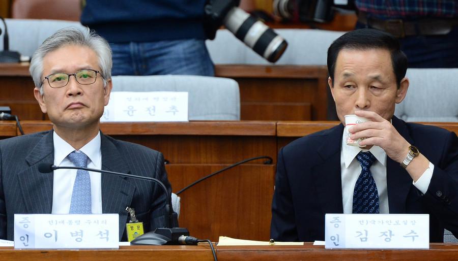김장수(오른쪽)전 국가안보실장이 지난 12월 14일 오전 서울 여의도 국회에서 열린 최순실 국정농단 의혹 진상규명을 위한 국정조사 특위 3차 청문회에서 물을 마시고 있다.