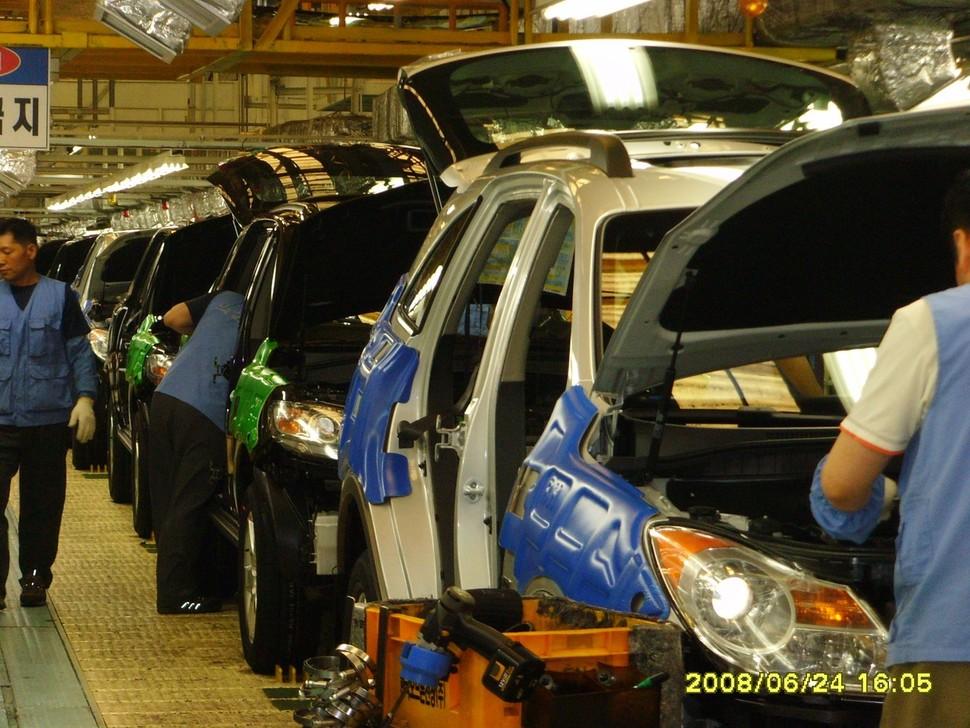 세액감면이 대기업에 집중되다 보니, 일부 대기업의 실효세율이 그보다 작은 규모의 기업에 비해 낮아지는 기현상이 벌어지기도 한다. 사진은 현대자동차 울산 2공장 조립라인 전경. <한겨레> 자료사진