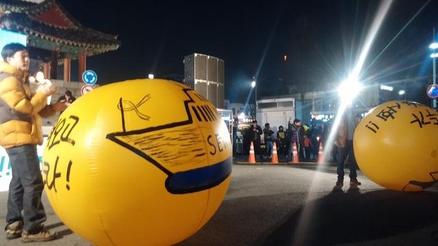 7일 전주 풍남문광장 촛불집회에서 세월호 조기 인양을 바라는 노란색 애드벌룬이 등장했다.
