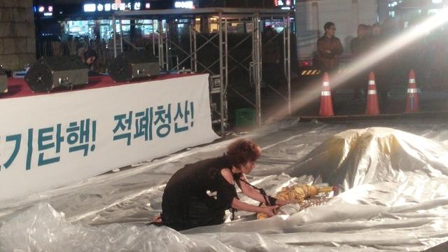 무용가 한영애씨가 광장 바닥에서 세월호 희생자 추모와 조기 인양을 바라는 춤을 추고 있다.