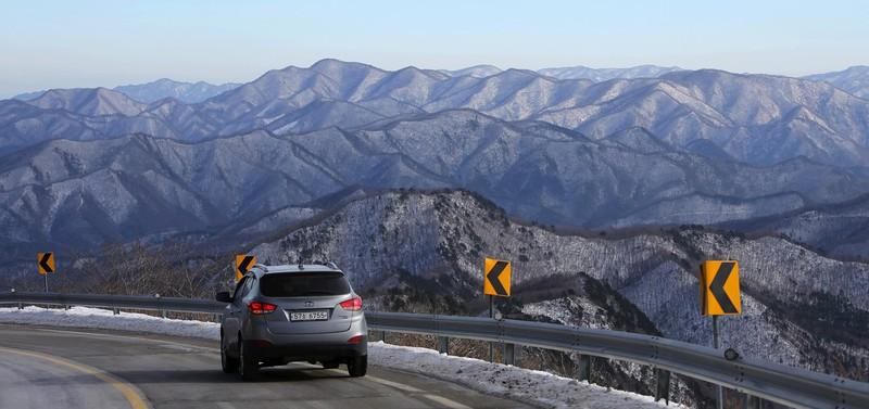 만항재에서 태백선수촌 거쳐 오투리조트 쪽으로 가는 길에도 설산 풍경을 감상할 수 있다.