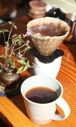 우관스님의 커피는 원두가루의 양은 많은데 맛이 매우 연해 커피 전문가들도 놀란다. 박미향 기자