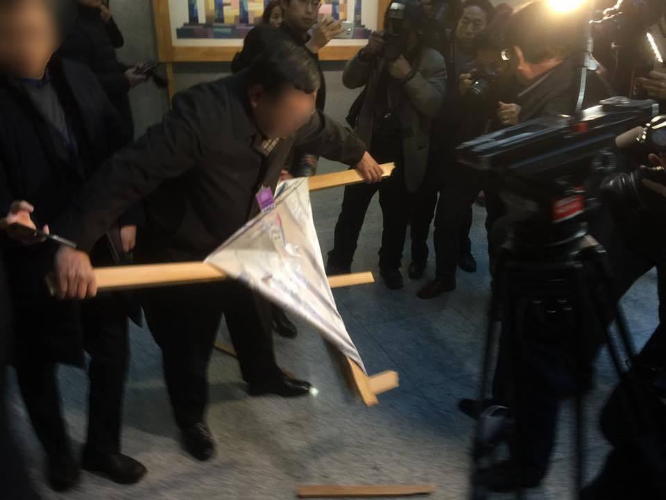 24일 오후 서울 영등포구 국회 의원회관에서 열리는 '곧, 바이전'에 한 보수단체 회원이 전시된 작품의 액자를 부수고 있다. 사진 고경일 상명대 교수 제공.