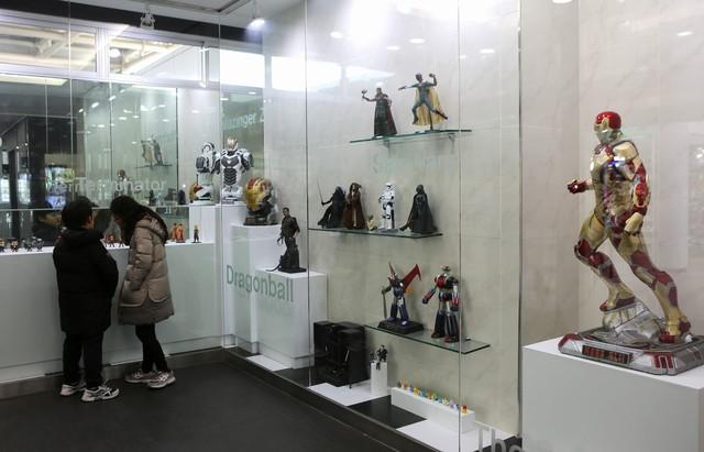 문경휴게소(창원 쪽) 남자화장실 입구의 로봇 캐릭터 전시장.
