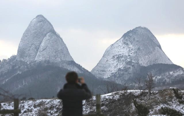 진안휴게소(포항 쪽) 전망대 마이정 앞에서 본 마이산.
